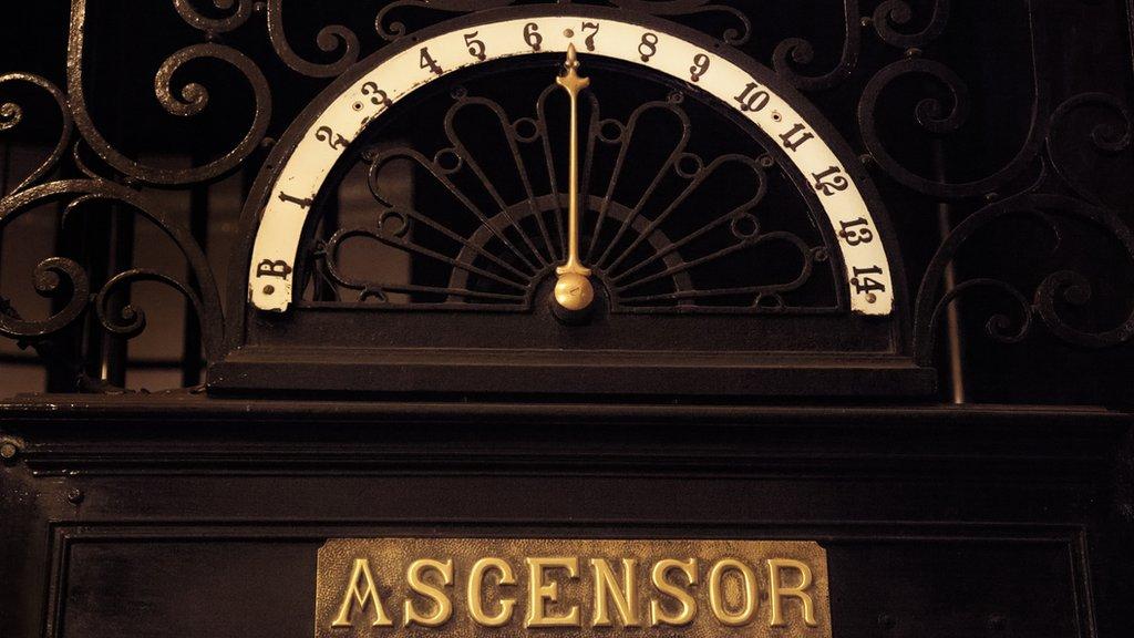 Números de los pisos con aguja indicando el 7.