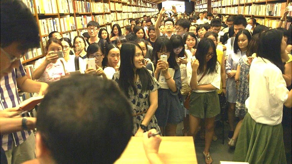 Li Yinhe (left) at a book signing