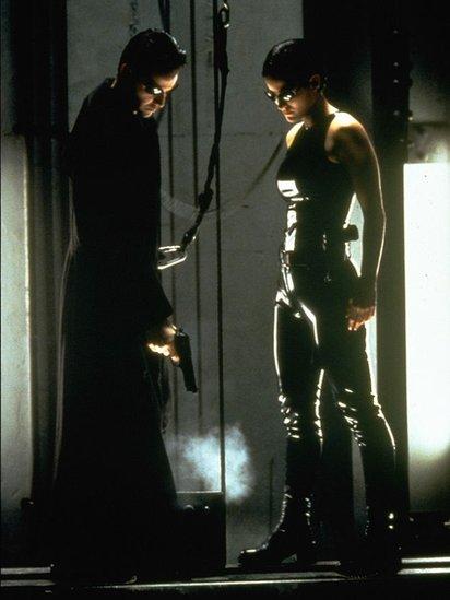 Trinity y Neo en Matrix.