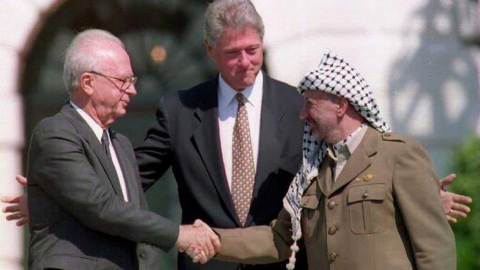 إسحق رابين (يسار) وياسر عرفات (يمين) يتوسطهما بيل كلينتون