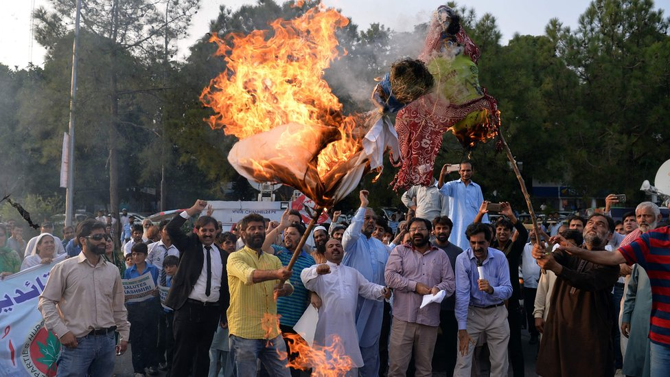 Pakistani Kashmiris burn effigies of Indian Prime Minister Narendra Modi and Foreign Minister Sushma Swaraj during a protest in Islamabad on 26 September 2016.