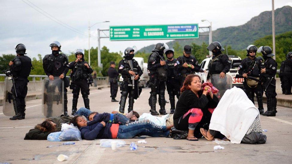 Policía de El Salvador cortando el paso a los migrantes hondureños.