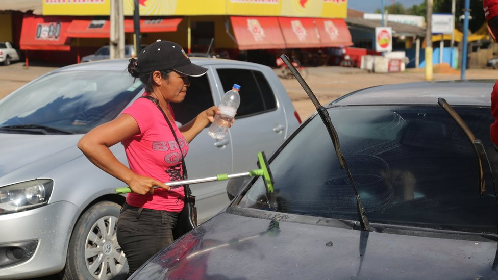 Delia Farías cleaning windscreens in Boa Vista, Brazil