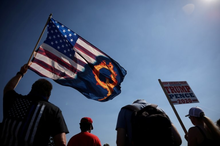 Una bandera de EE.UU. y Qanon