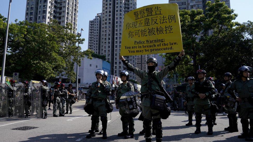 香港新界屯門防暴警察向示威群眾展示警告旗號(21/9/2019)