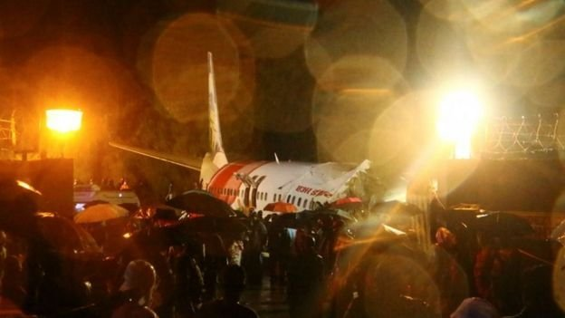 """انزلقت """"بوينغ 737"""" عن المدرج تحت المطر وانشطرت إلى قسمين بعد هبوطها في مطار كاليكوت"""
