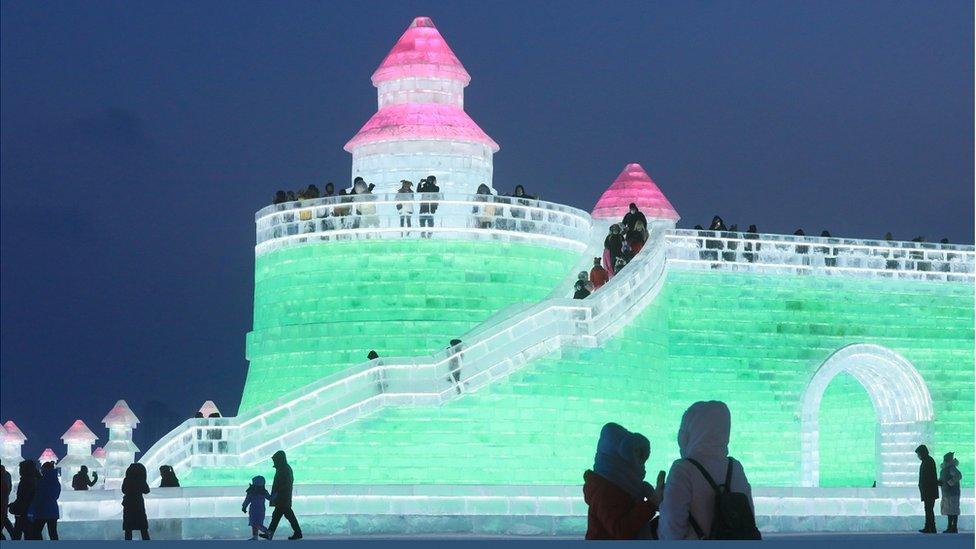 Menara es yang diterangi