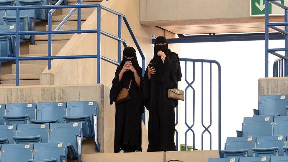 Dos mujeres en un estadio en Riad.