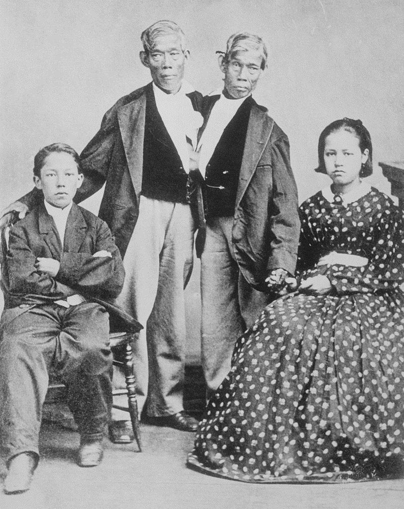 Chang y Eng con dos de sus 21 hijos