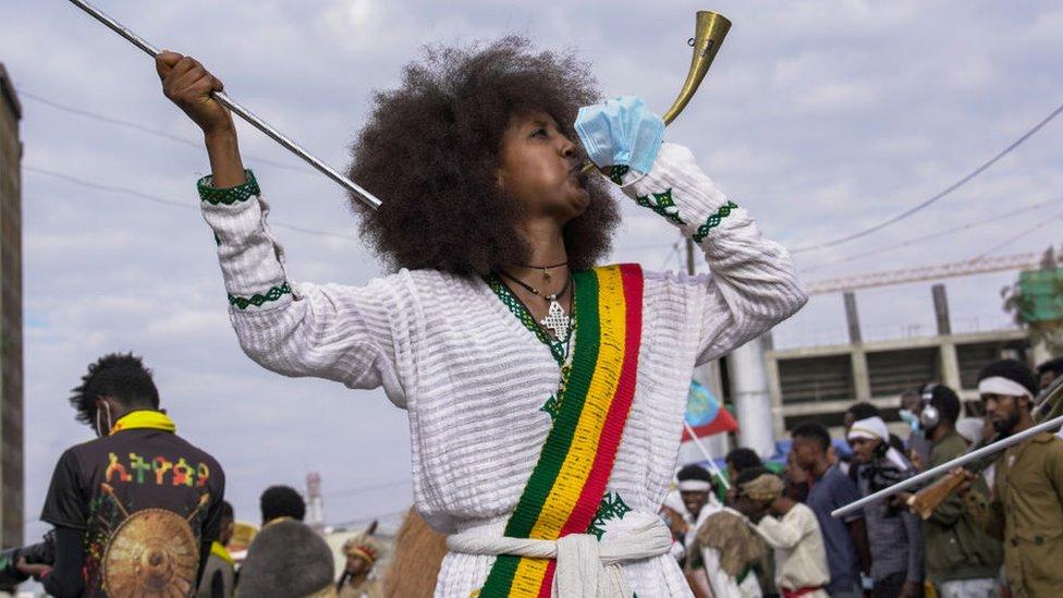 Una mujer toca la corneta en las celebraciones del Año Nuevo en Etiopía
