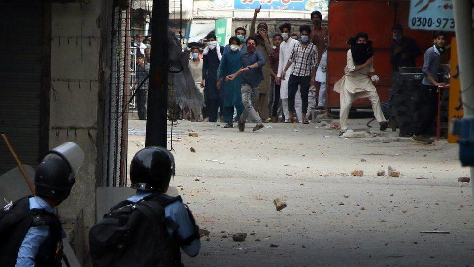 شرطة ومتظاهرون