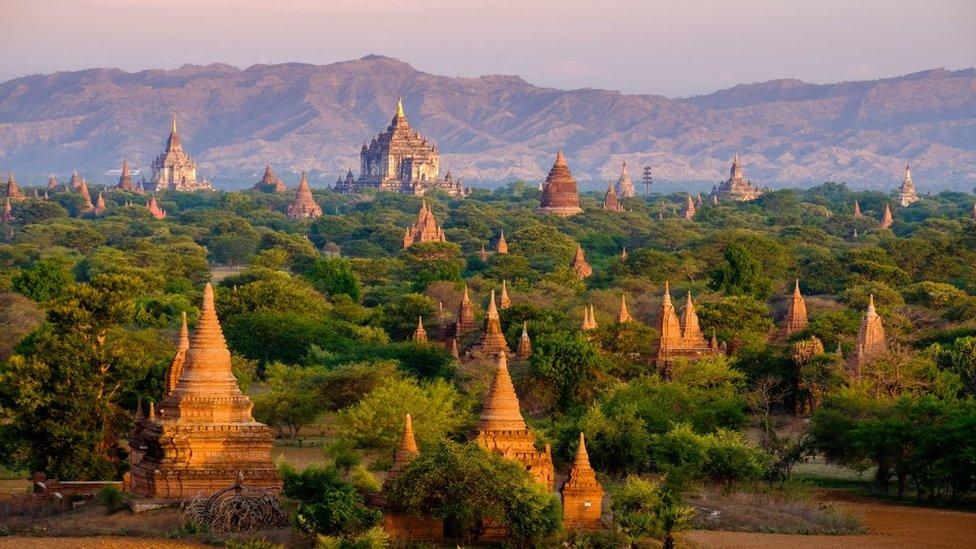 蒲甘遠眺,沐浴著朝霞的佛寺就像佇立在綠色海洋中的島嶼