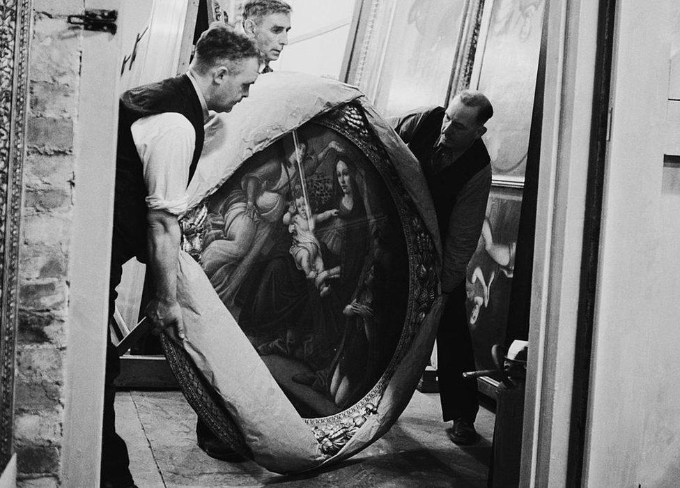 Expertos inspeccionan una de las obras de Botticelli en una cámara subterránea en Manod Quarry en 1942.