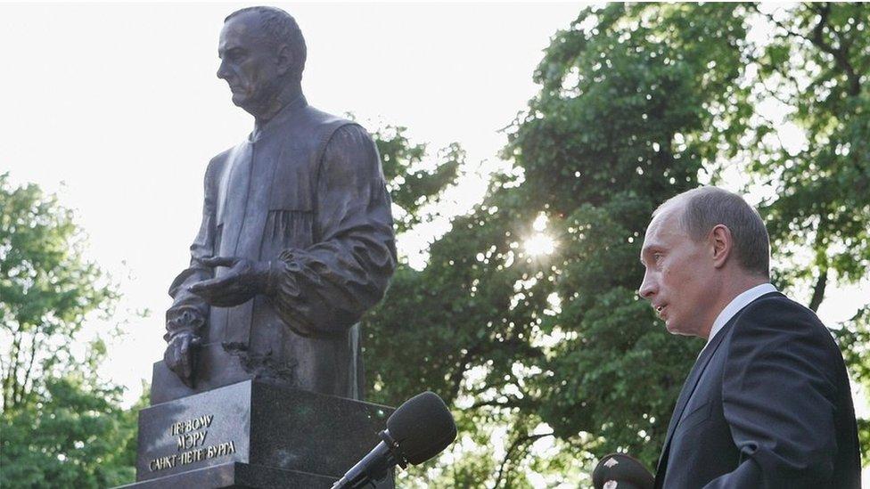 普京2006年為聖彼得堡市前市長索布恰克塑像揭幕。