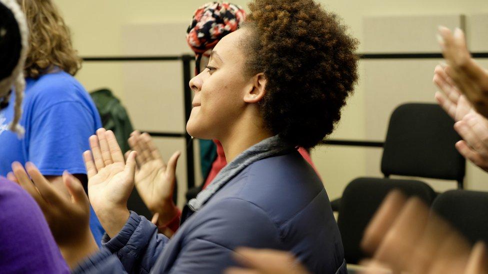 Estudiante universitaria con un coro