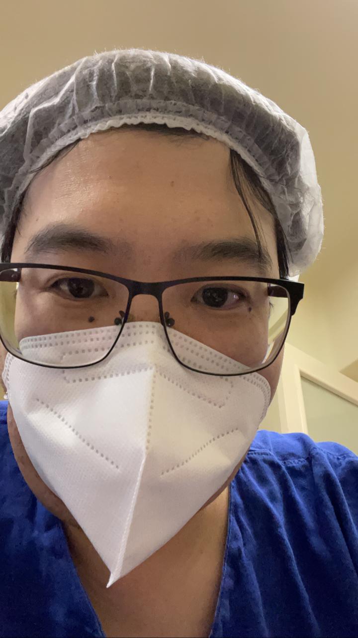Médico Mauro Tamessawa faz selfie com máscara e touca