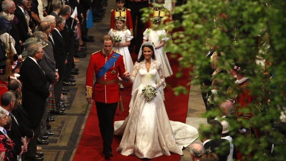 Pangeran William mengikuti jejak neneknya saat menikahi Catherine Middleton di Westminster Abbey pada 29 April 2011.
