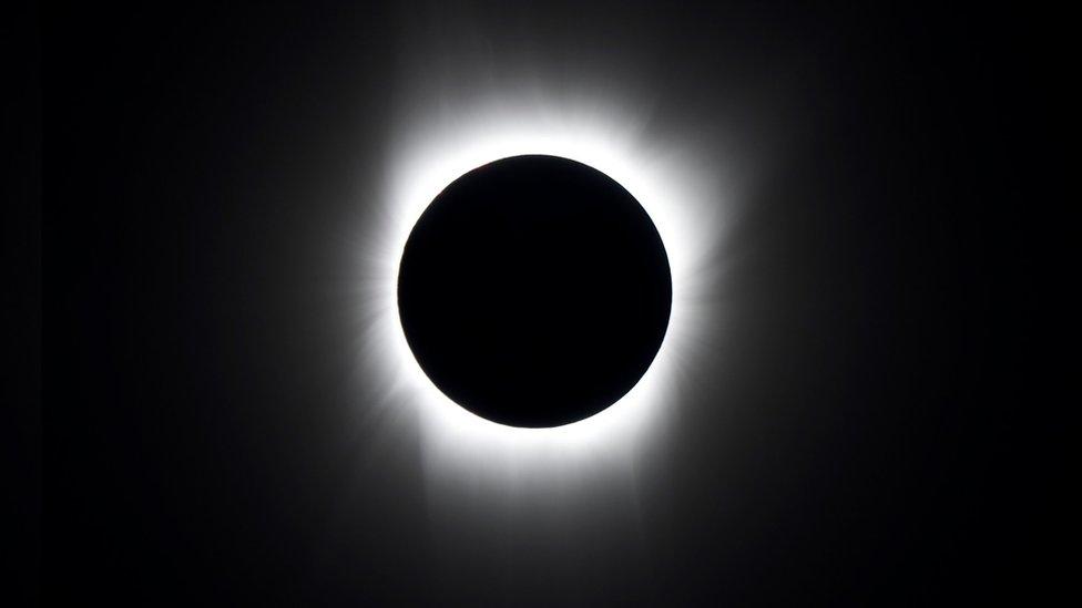 Tam Güneş tutulmasında Ay, Dünya'ya ulaşan Güneş ışığını tamamen kapatır.