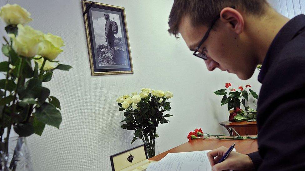 Un hombre firmando un libro de condolencias a Fidel Castro en la embajada de Cuba en Minsk, noviembre de 2016.