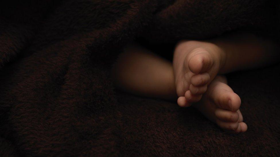 El pie de un recién nacido.