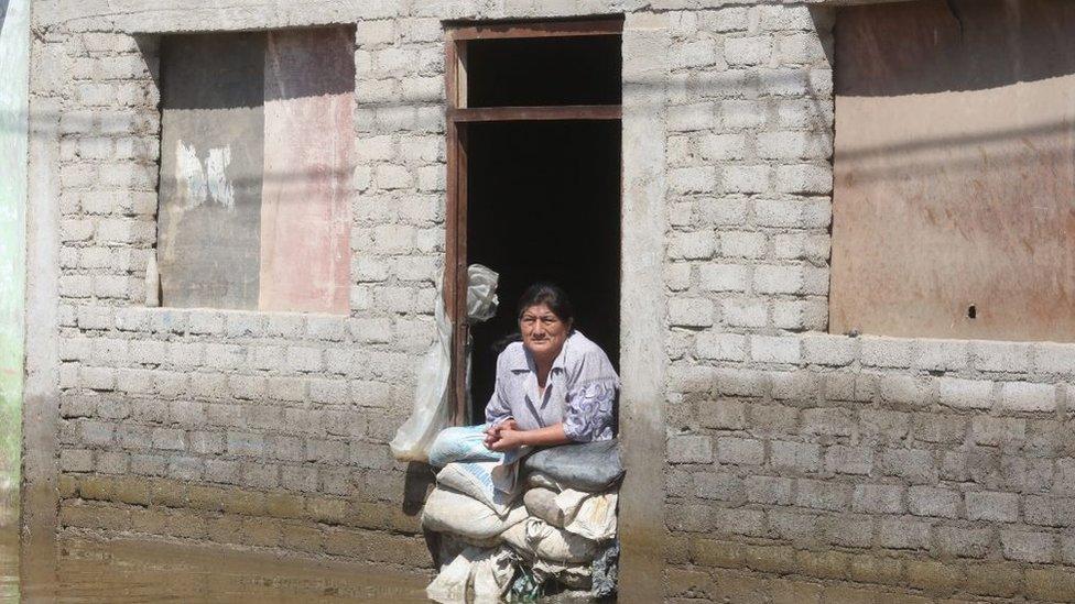Mujer en calle inundada