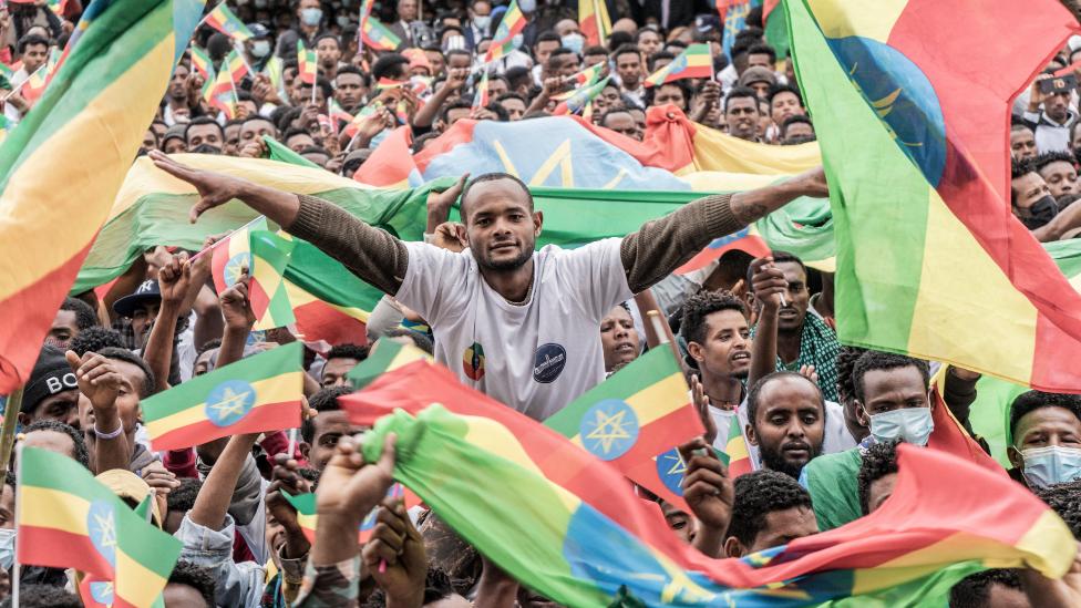شباب إثيوبيون يحتفلون