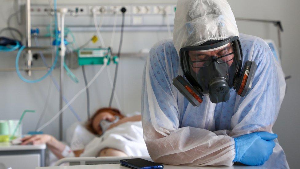 В России - впервые больше тысячи смертей от коронавируса за сутки