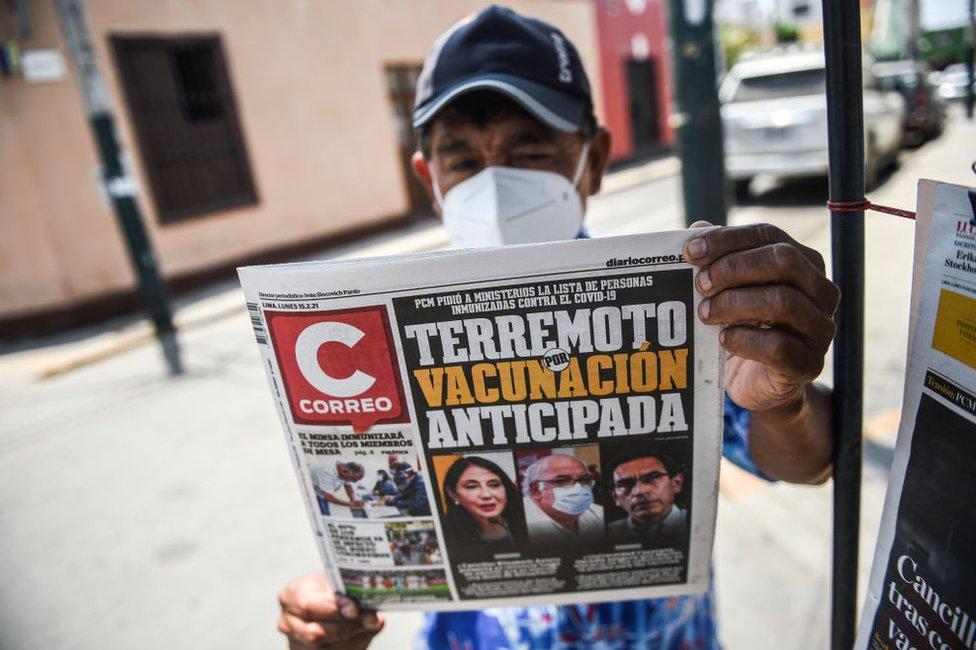 Hombre sostiene un diario que dedica la portada al escándalo.