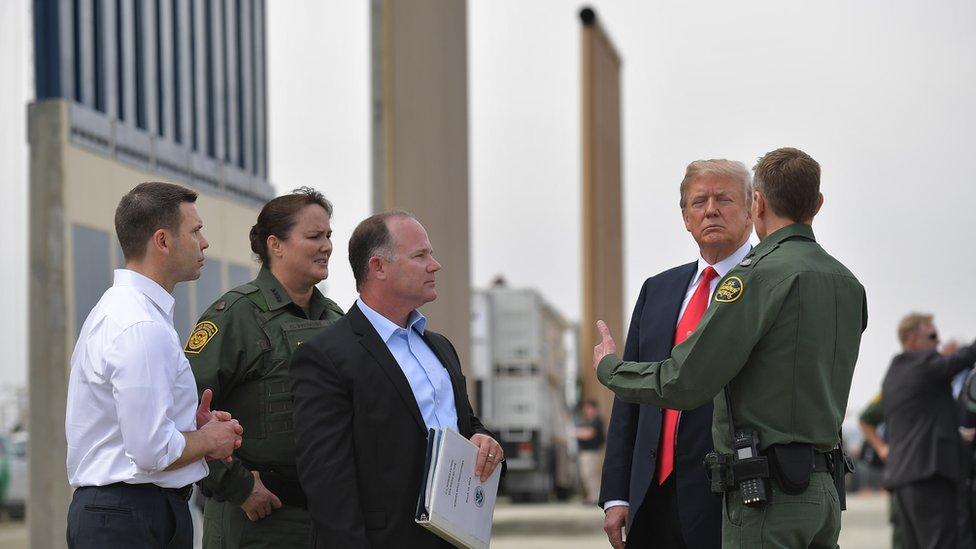 Trump en muro fronterizo.