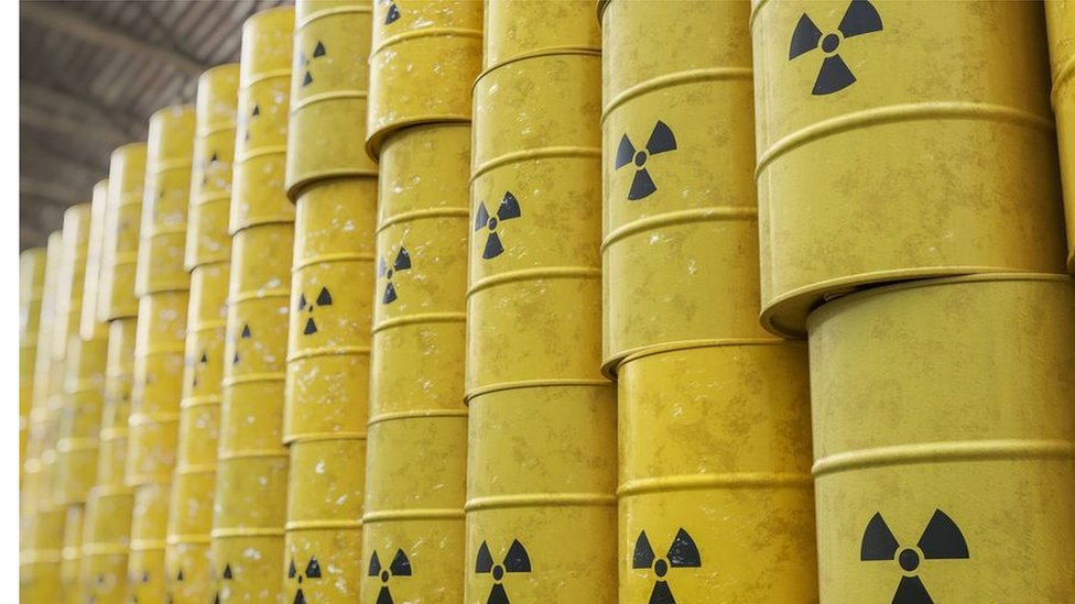 Barriles con material nuclear.