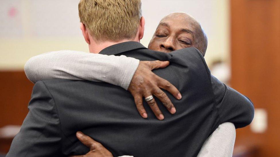 El abogado Brent Wisner abraza a su cliente Dewayne Johnson.