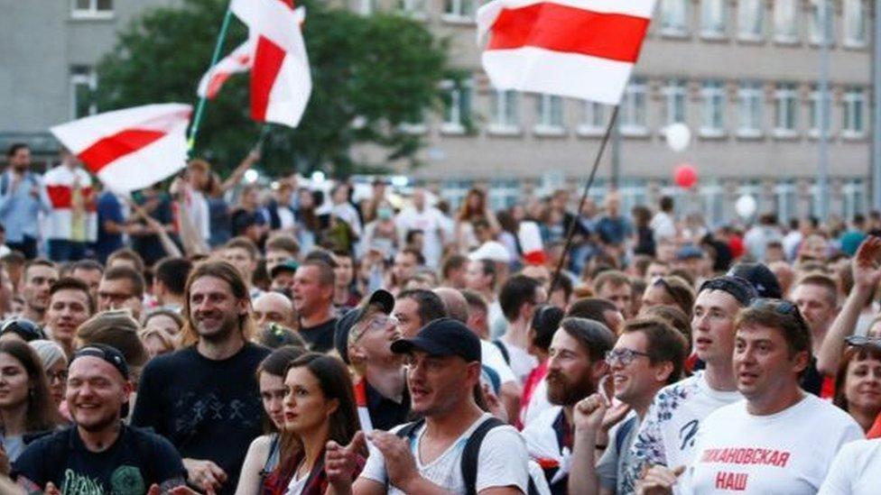 حشود بالآلاف احتجت على التغطية الإعلامية للانتخابات