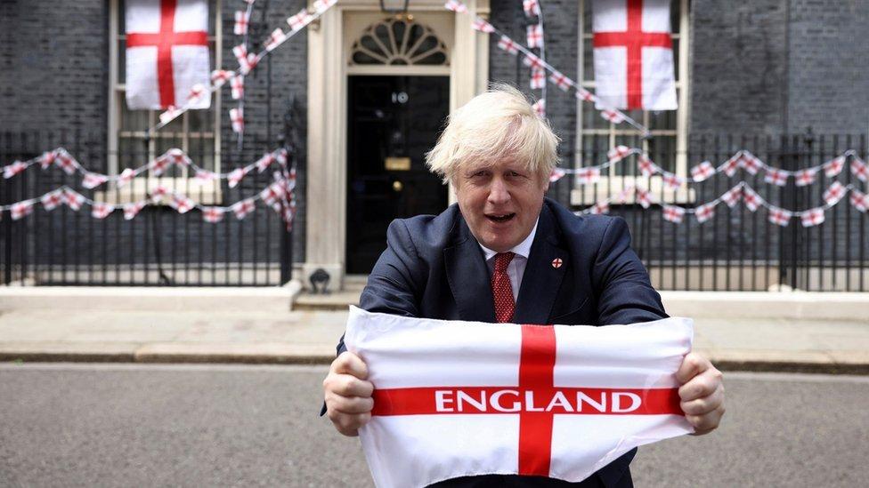 بوريس جونسون حاملا علم إنجلترا