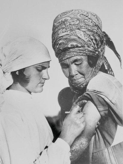 Vacinação de uma camponesa na União Soviética