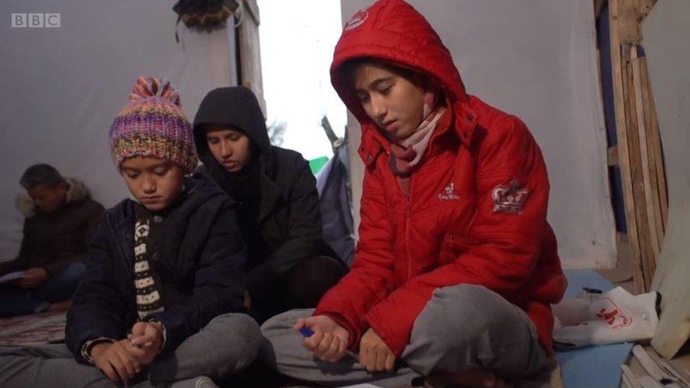 Niños en el campamento de Moria.