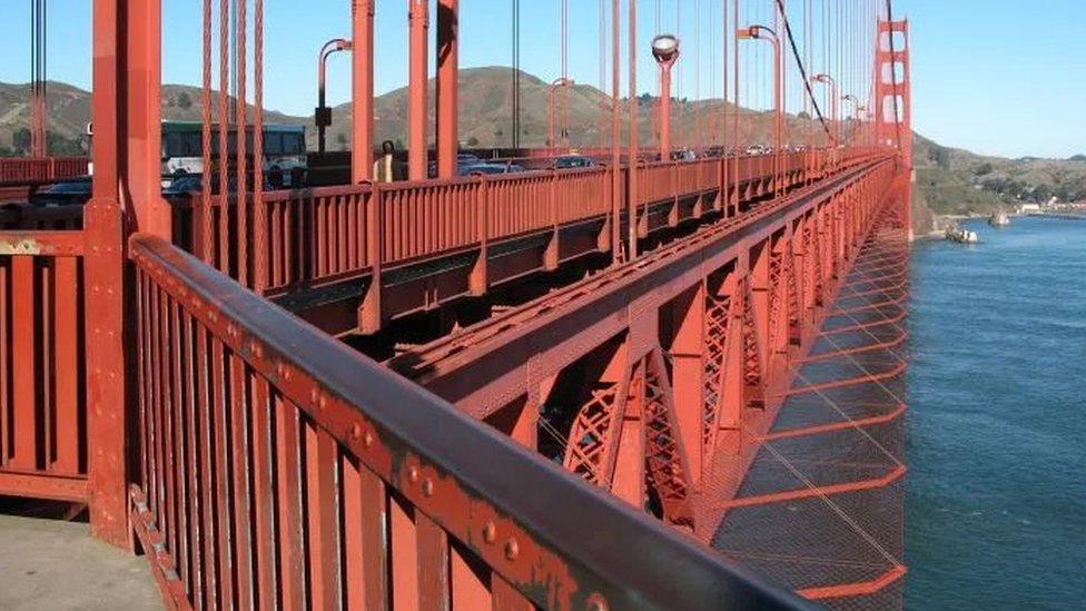 La barrera contra suicidios en el Golden Gate