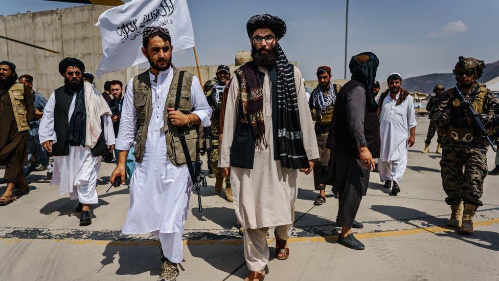 أنس حقاني، في الوسط، يقوم بجولة على المركبات العسكرية التي استولى عليها مقاتلو طالبان بعد سيطرتهم على مطار حامد كرزاي الدولي