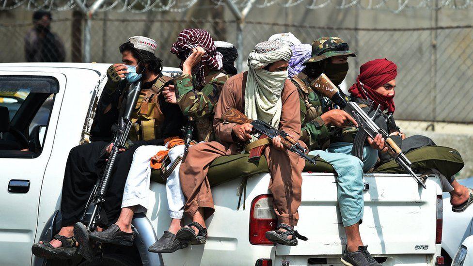مسلحون من طالبان خارج مطار كابل