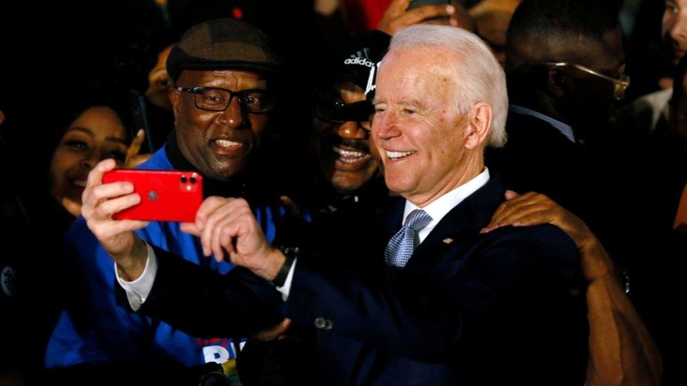 Joe Biden se toma un selfie con votantes en Carolina del Sur.