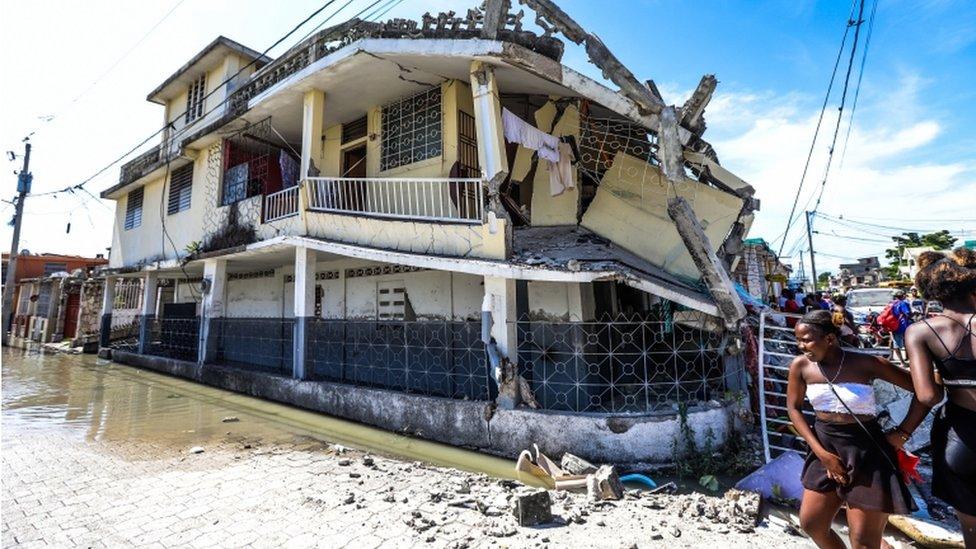 Vista de un edificio derrumbado tras un terremoto, en Les Cayes, Haití.