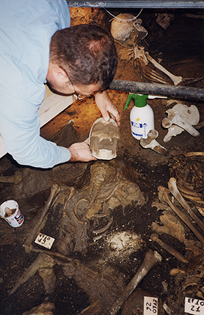 Petrone y el esqueleto estudiado.