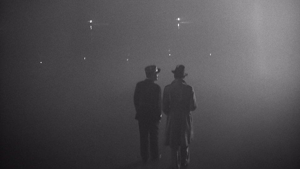 Rik (Bogart) i Lui (Rejns) pokušavaju da se probiju do Slobodnih Francuza u Brazavilu