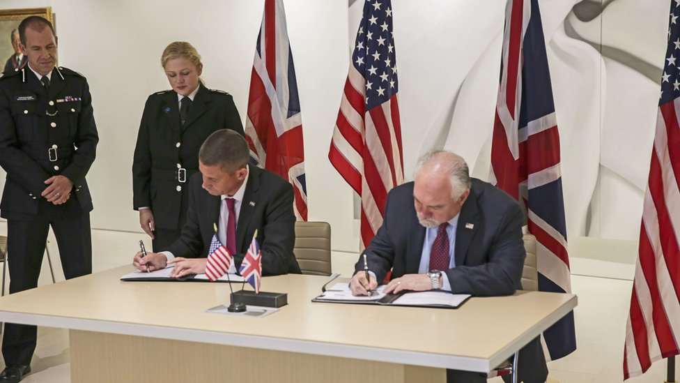 Joint proclamation on efforts to tackle FGM being signed by the NPCC's Ivan Balhatchet and Louis Rodi (right) from US Homeland Security Investigations