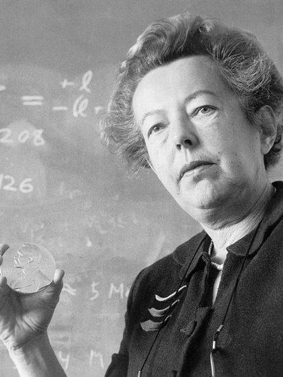 Maria Goeppert Mayer con la medalla del Nobel de Física