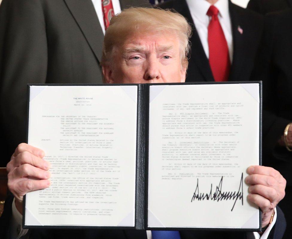 特朗普展示剛簽署的備忘錄(22/3/2018)