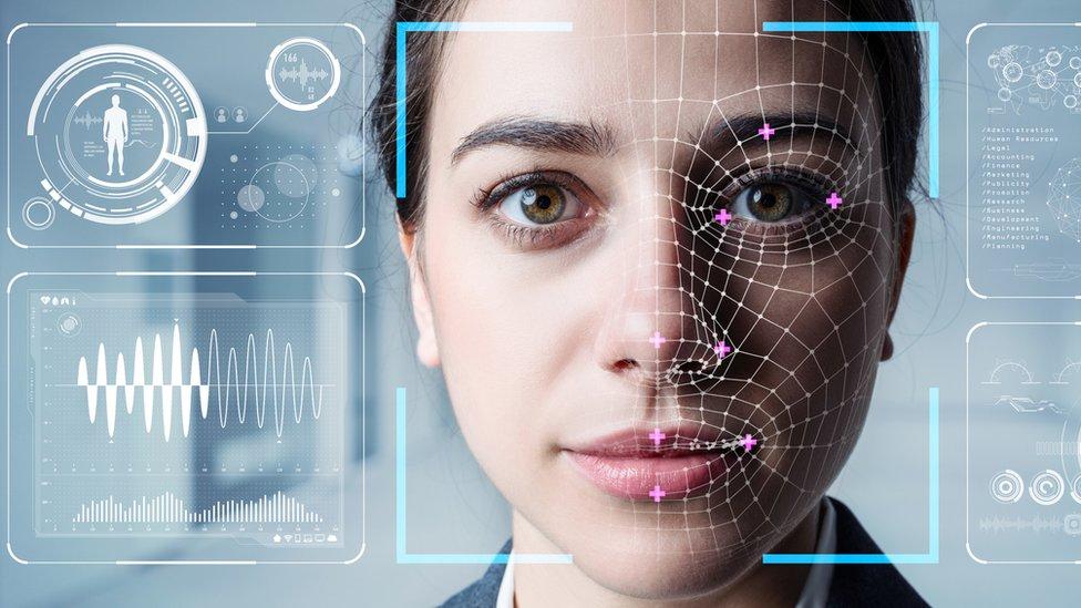 Mujer con escaner en la cara