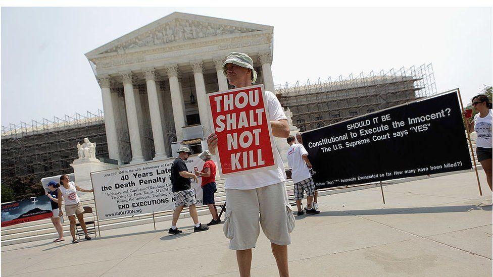 ABD Yüksek Mahkemesi önünde idam cezasını protesto eden bir Virginialı