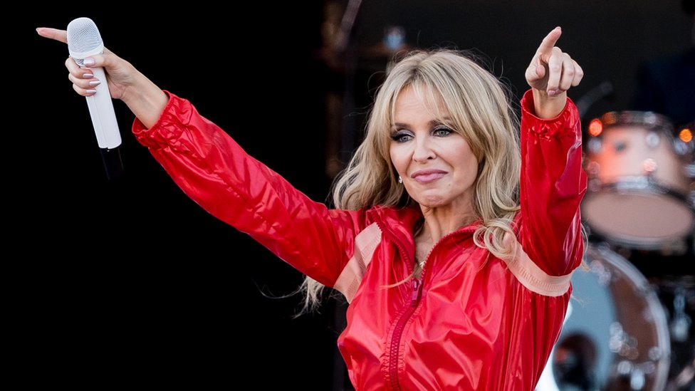 BBC News - Glastonbury stars give away clothes for charity