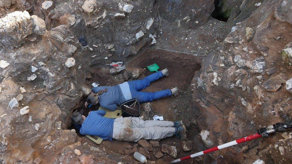 Dos personas excavan en Drimolen, cerca de Johannesburgo