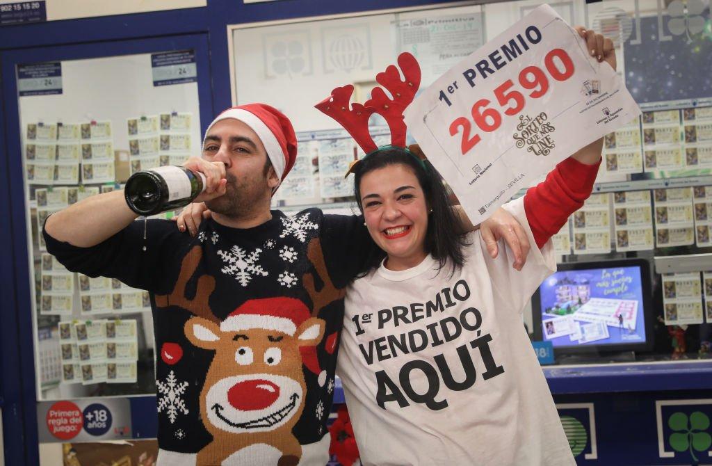Pareja celebra la venta del número ganador del primer premio